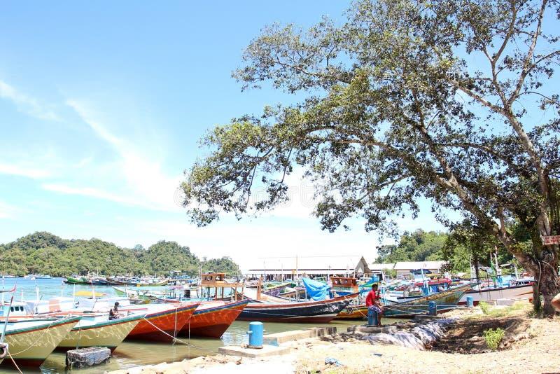 Playa del biru de Sendang en la parte meridional de Malang, Java Oriental Indonesia con el barco fotos de archivo libres de regalías