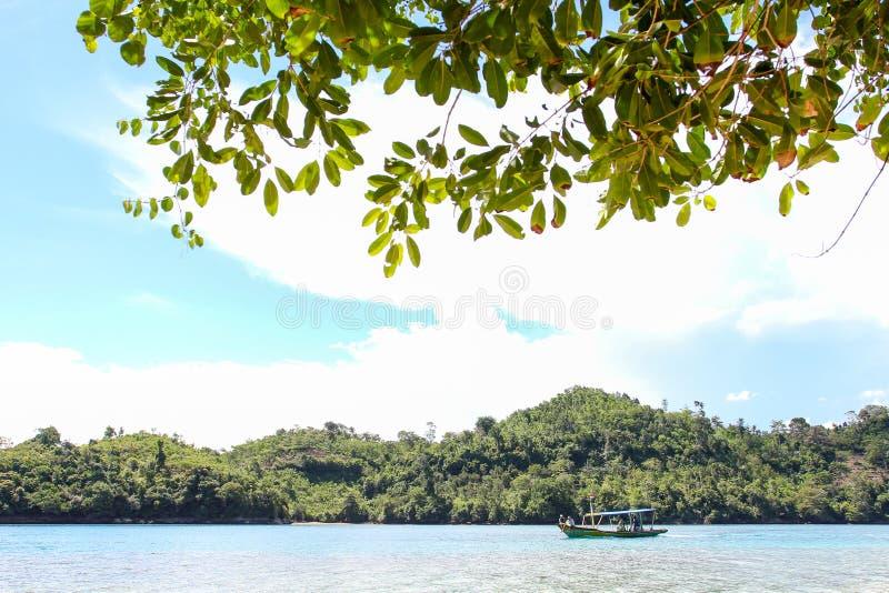 Playa del biru de Sendang en la parte meridional de Malang, Java Oriental Indonesia con el barco imágenes de archivo libres de regalías