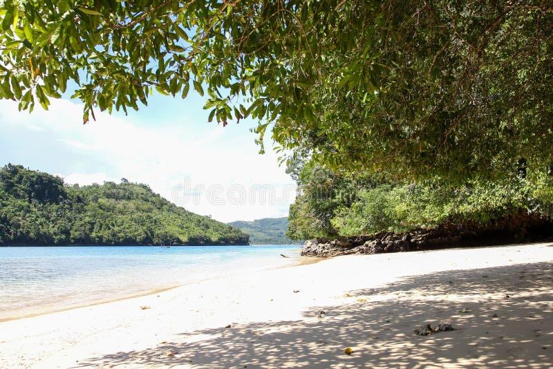 Playa del biru de Sendang en la parte meridional de Malang, Java Oriental Indonesia con el barco imagenes de archivo