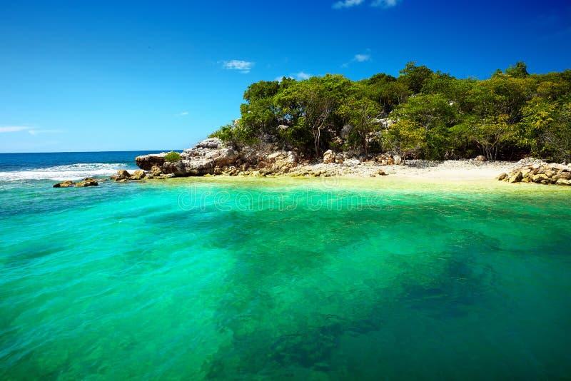 Playa del Caribe y mar tropical en Haití foto de archivo