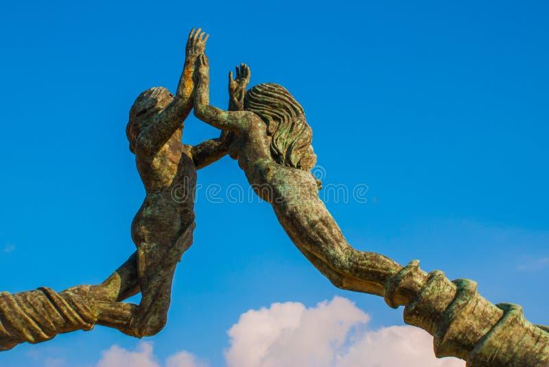 PLAYA DEL CARMEN, МЕКСИКА: Портальные стробы Майя, Майя на входе к пляжу, памятник к людям и женщины, Майя Ривьеры стоковые изображения rf
