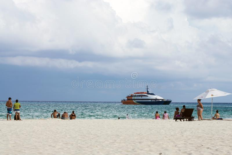 Playa del Carmen, México - cena da praia com o ferryboat no fundo imagens de stock