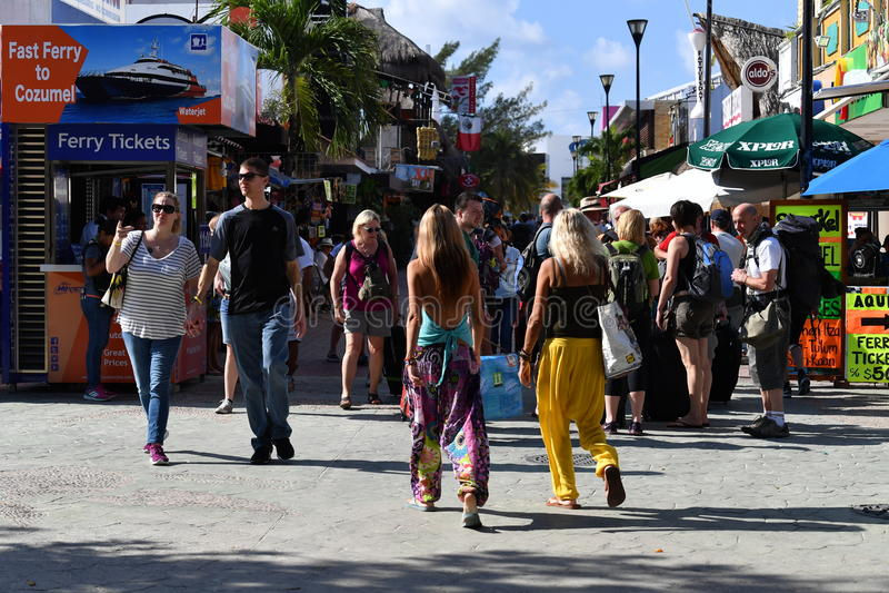 PLAYA DEL CARMEN, MÉXICO - 3 de febrero de 2017 - turistas americanos en Playa del Carmen México fotos de archivo