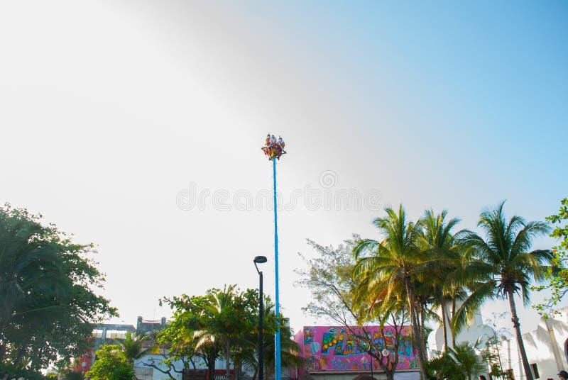Playa del Carmen, maya del Messico, Riviera: Ballo di Los Voladores il Totonac, realizzante rituale antico fotografie stock libere da diritti