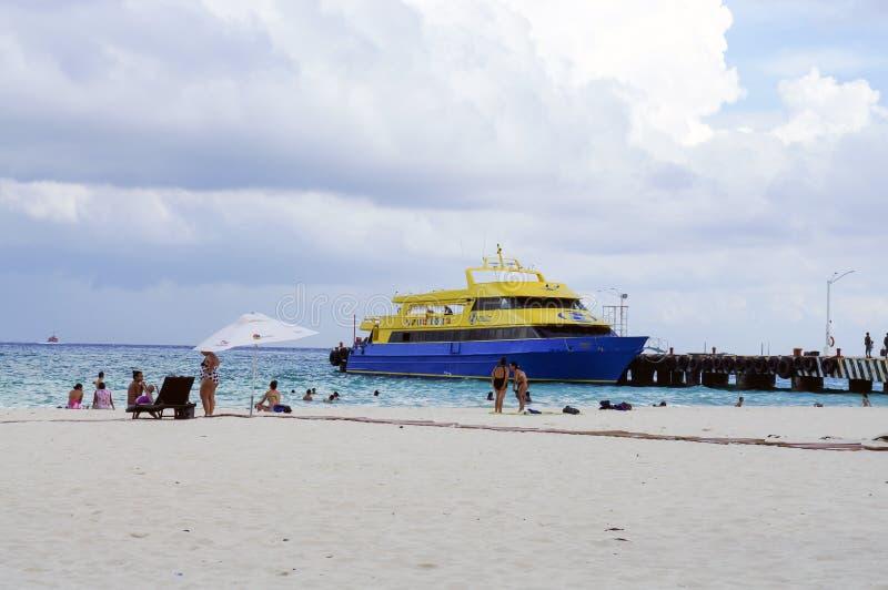 Playa Del Carmen, Meksyk - Plażowa scena z Ferryboat w tle fotografia stock