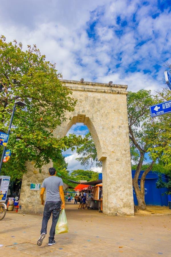 Playa del Carmen, Mexico - Januari 10, 2018: Gestenigd mooi gaat in vorm van boog van 5de Weg binnen, de hoofdstraat van stock afbeeldingen
