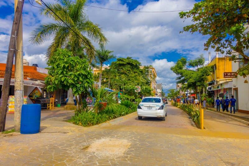 Playa del Carmen, Mexico - Januari 10, 2018: Openluchtmening van 5de Weg, de hoofdstraat van de stad De stad schept a op stock afbeeldingen