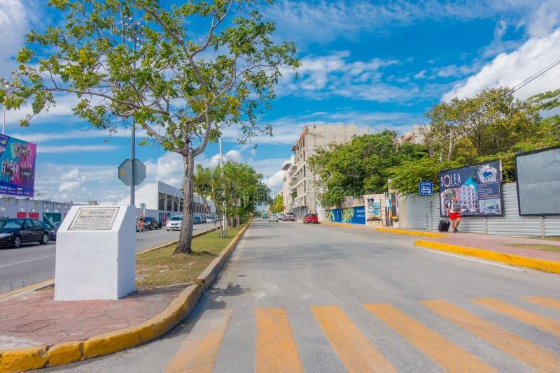 Playa del Carmen, Mexico - Januari 10, 2018: Openluchtmening van 5de Weg, de hoofdstraat van de stad De stad schept a op royalty-vrije stock afbeelding