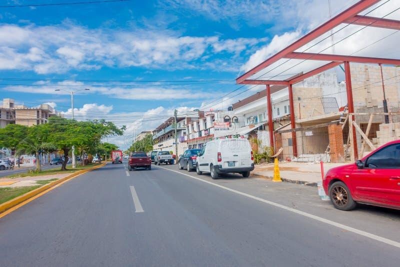 Playa del Carmen, Mexico - Januari 10, 2018: Openluchtmening van sommige die auto's op 5de Weg, de hoofdstraat worden geparkeerd  stock afbeelding