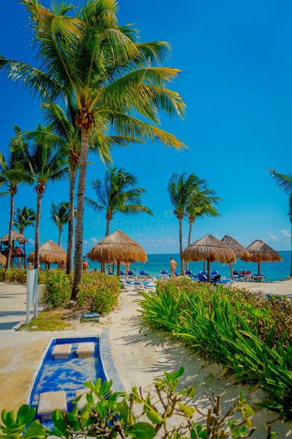 PLAYA DEL CARMEN, MEXICO - NOVEMBER 09, 2017: Niet geïdentificeerde toeristen op het strand van Playacar bij Caraïbische Zee in M royalty-vrije stock afbeelding