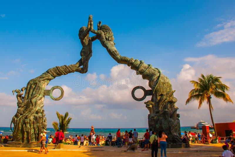 Playa del Carmen, Riviera Maya, Mexico: Mensen op het strand in Playa del Carmen Ingang aan het strand in de vorm van beeldhouwwe royalty-vrije stock afbeelding