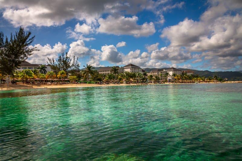 Playa del centro turístico de Jamaica imagen de archivo libre de regalías