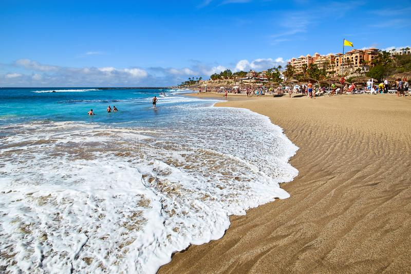 Playa Del Duque w popularnym kurorcie w Costa Adeje na Tenerife obrazy stock