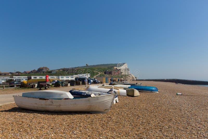 Playa del este de Seaford Sussex, barcos y acantilados de tiza blancos fotografía de archivo