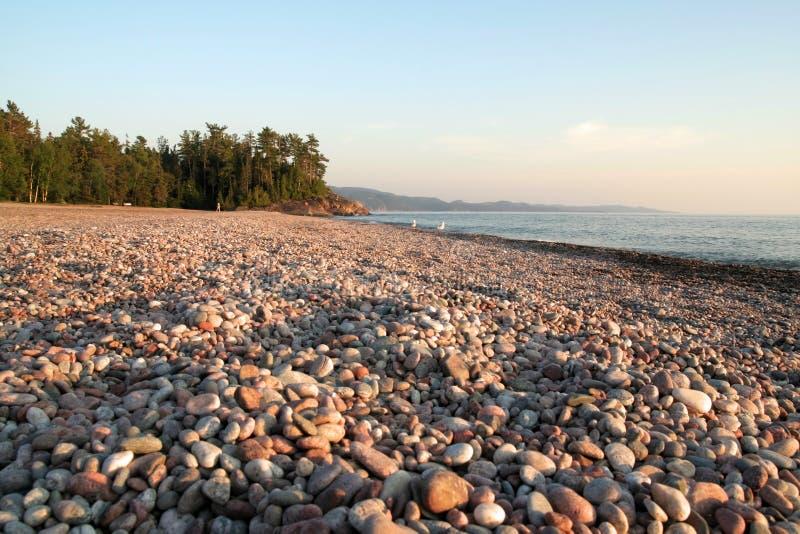 Playa del guijarro en la bahía de Agawa foto de archivo