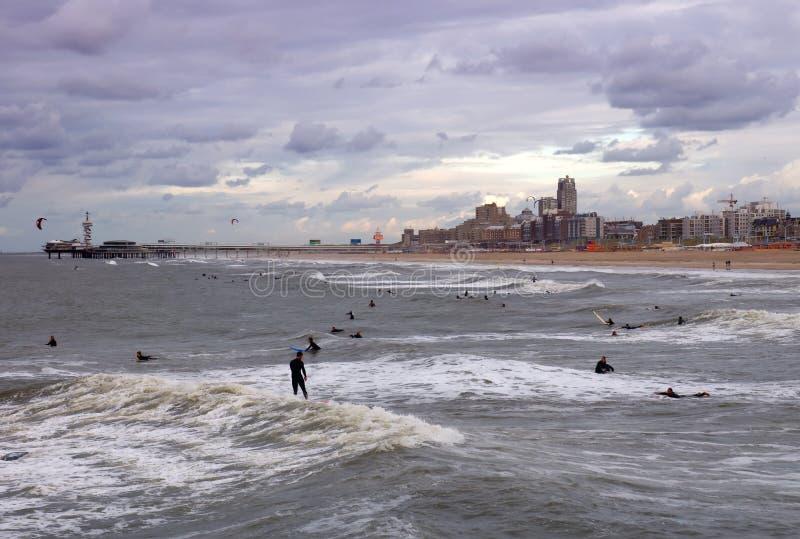 Playa del invierno en La Haya con las personas que practica surf, Países Bajos imágenes de archivo libres de regalías