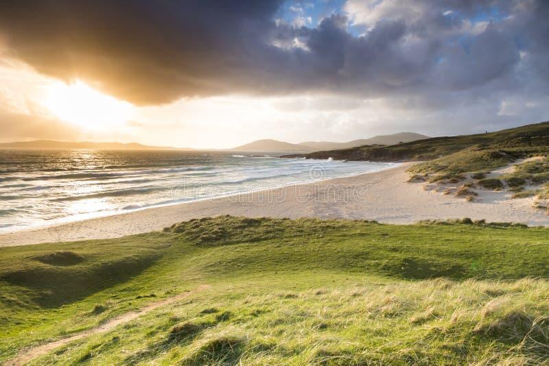 Playa del lar de Traigh de Horgabost en Harris, Hebrides externo en el sol imágenes de archivo libres de regalías