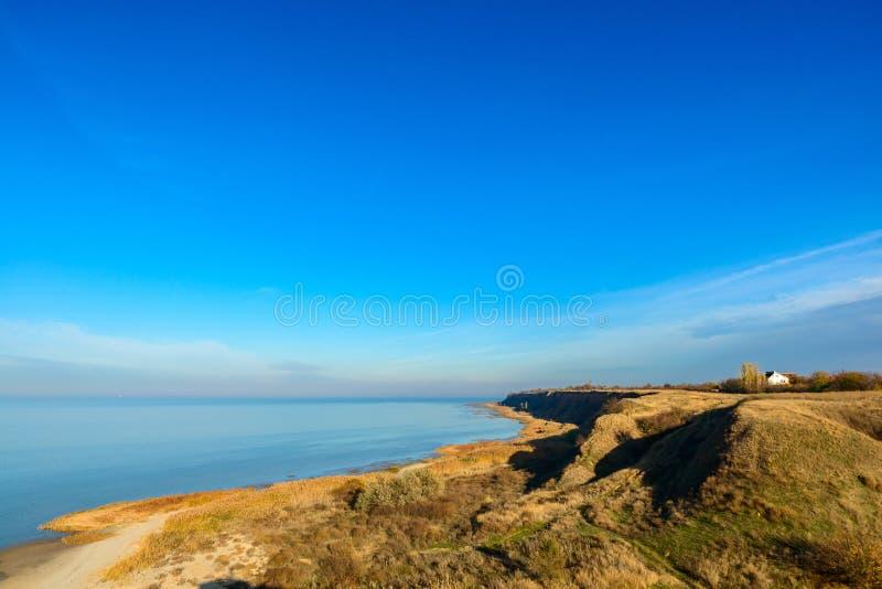 Playa del mar con la pequeña laguna rocosa y la hierba costera Cielo azul profundo Mar de Rusia Azov fotografía de archivo libre de regalías