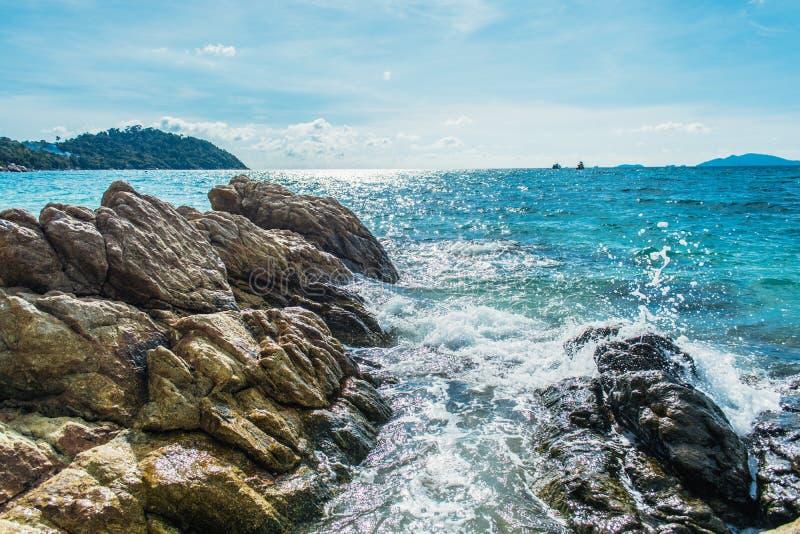 Playa del mar con las rocas en la isla de Lipe en Tailandia fotos de archivo libres de regalías