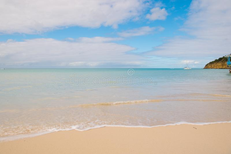 Playa del mar en St Johns, Antigua Agua transparente en la playa con la arena blanca Paisaje marino idílico Descubrimiento y pasi fotos de archivo