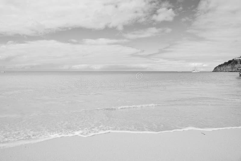 Playa del mar en St Johns, Antigua Agua transparente en la playa con la arena blanca Paisaje marino idílico Descubrimiento y pasi fotografía de archivo