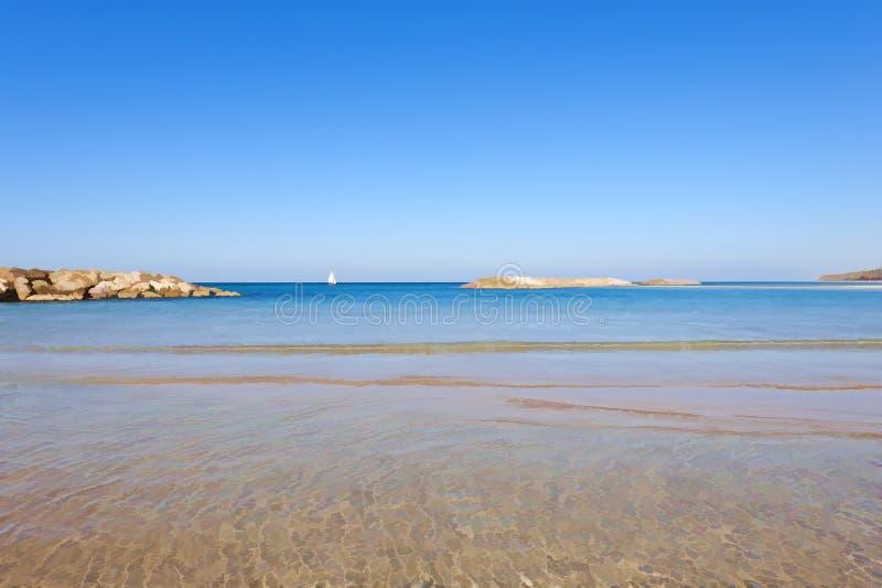 Playa del mar Mediterráneo ilustración del vector