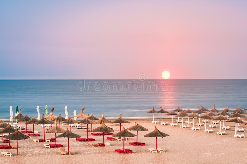 Playa del Mar Negro con los paraguas de la paja imagenes de archivo