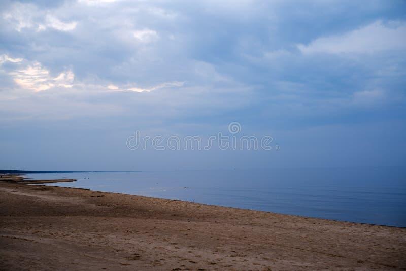 playa del mar tranquilo en la orilla del mar B?ltico con las nubes azules y marea baja fotos de archivo