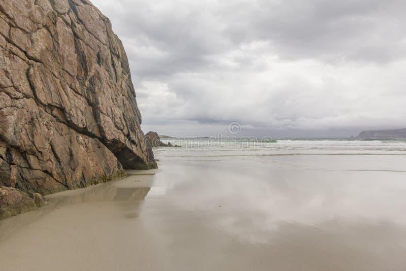 Playa del norte de la orilla de mar de Escocia con el acantilado imagenes de archivo