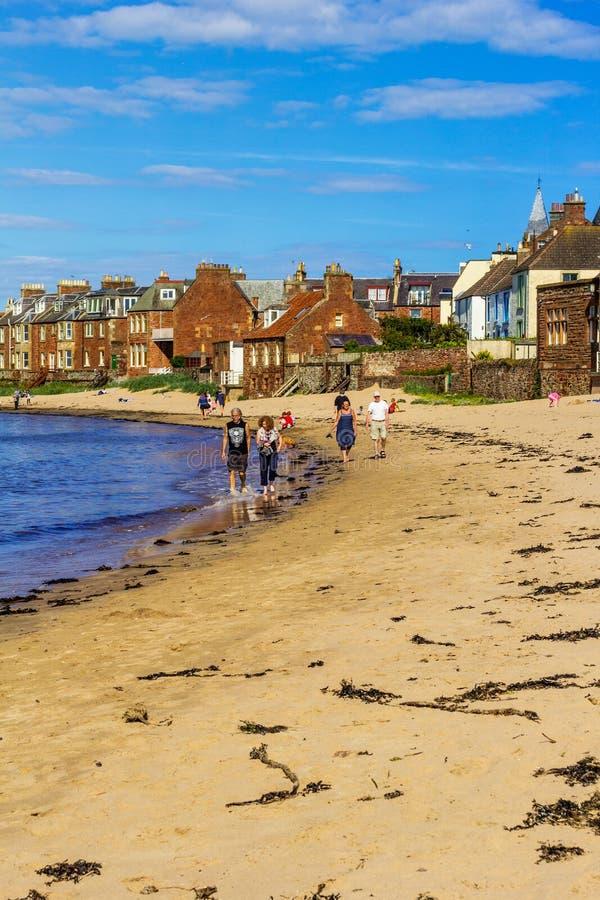Playa del norte y turistas de Berwick que caminan en la arena, Lothian del este foto de archivo libre de regalías