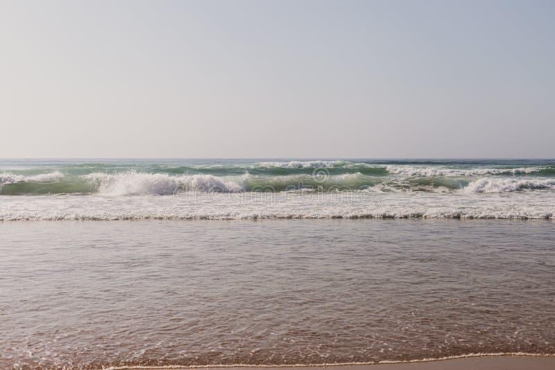 playa del paisaje en Portugal La puesta del sol, se relajan y el concepto de los días de fiesta Mar con las ondas en Océano Atlán fotografía de archivo libre de regalías