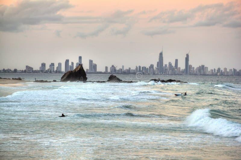 Playa del paraíso de las personas que practica surf foto de archivo