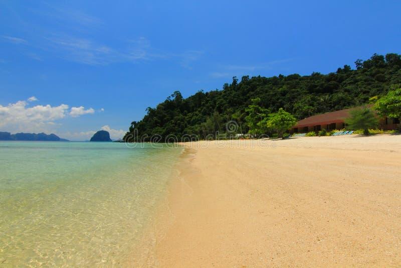 Playa del paraíso en la isla del kohngai en el trang Tailandia fotografía de archivo