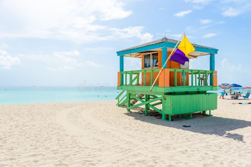 Playa del sur de Miami, casa del salvavidas en un estilo colorido de Art Deco en el día de verano soleado con el mar del Caribe e fotografía de archivo