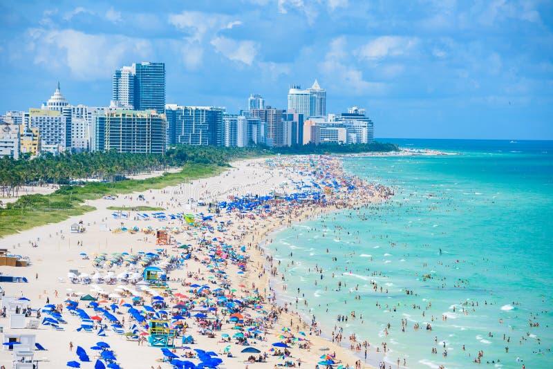 Playa del sur, Miami Beach E Silueta del hombre de negocios Cowering imagenes de archivo