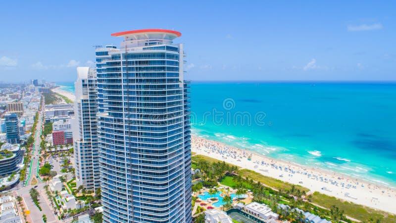 Playa del sur, Miami Beach florida Silueta del hombre de negocios Cowering imagenes de archivo