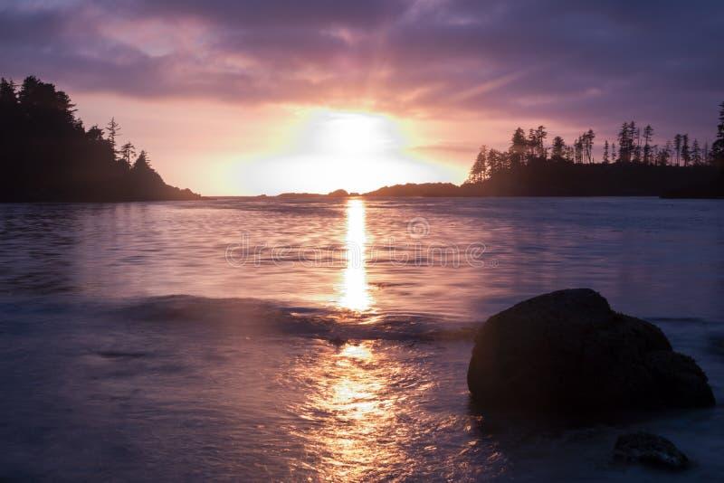 Playa del ucluelet de la puesta del sol imágenes de archivo libres de regalías