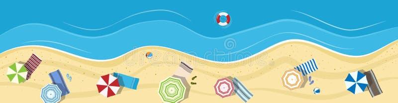 Playa del verano con los paraguas y las toallas foto de archivo
