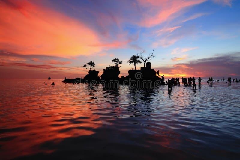Playa del verano con puesta del sol hermosa foto de archivo