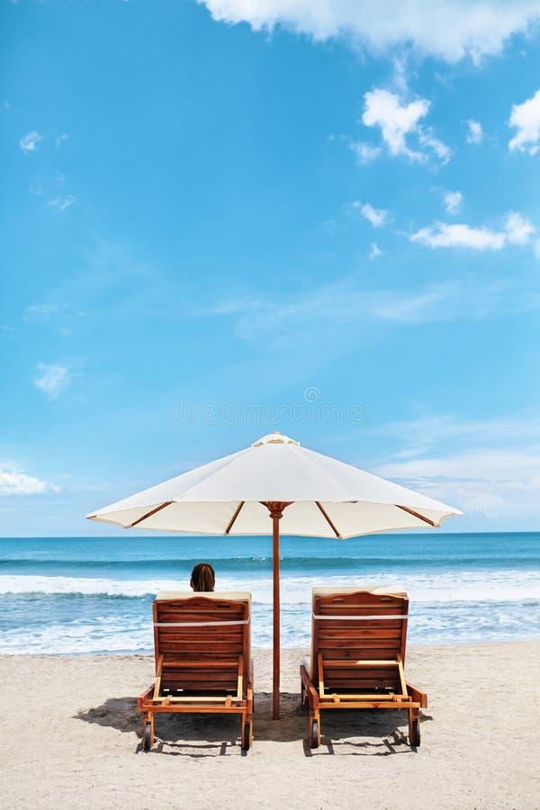 Playa del verano Vacaciones de los días de fiesta Mujer que se relaja, sillas de cubierta foto de archivo