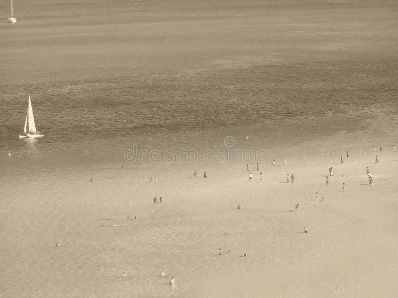 Playa del verano y barcos de navegación foto de archivo