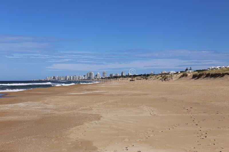 Playa delante de Punta del Este, Uruguay abril de 2017 foto de archivo libre de regalías