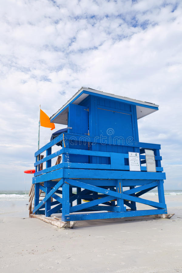 Playa dominante de la siesta, la Florida los E.E.U.U., casa colorida azul del salvavidas foto de archivo