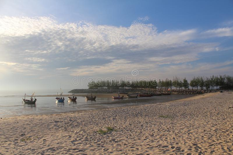 Playa e industria pesquera fotografía de archivo libre de regalías