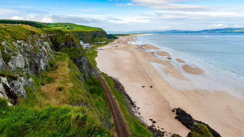 Playa en declive - Irlanda del Norte foto de archivo libre de regalías