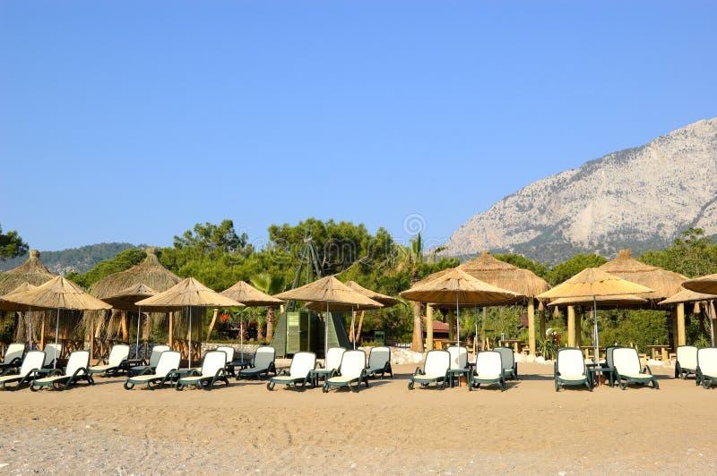 Playa en el hotel turco mediterráneo popular imagenes de archivo