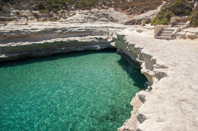 Playa en invierno, Malta de la roca fotografía de archivo