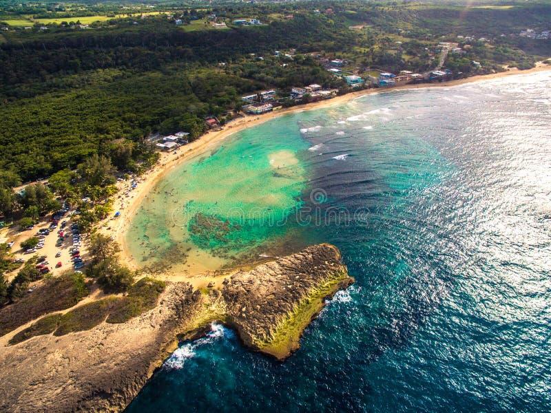 Playa en la costa septentrional de Puerto Rico imagenes de archivo