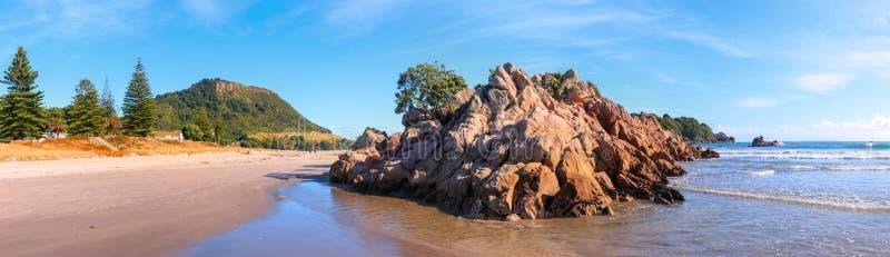 Playa en la luz del sol de la mañana, Tauranga, Nueva Zelanda de Maunganui del soporte imagen de archivo libre de regalías