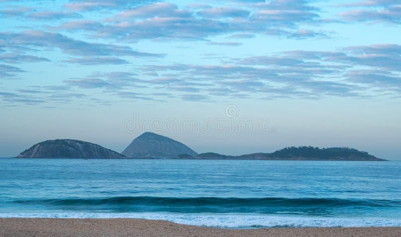 Playa en la madrugada, Rio de Janeiro, el Brasil de Ipanema imagen de archivo libre de regalías